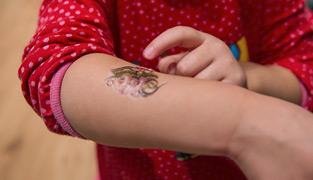 alma visar upp sin nya tattoo från bvc