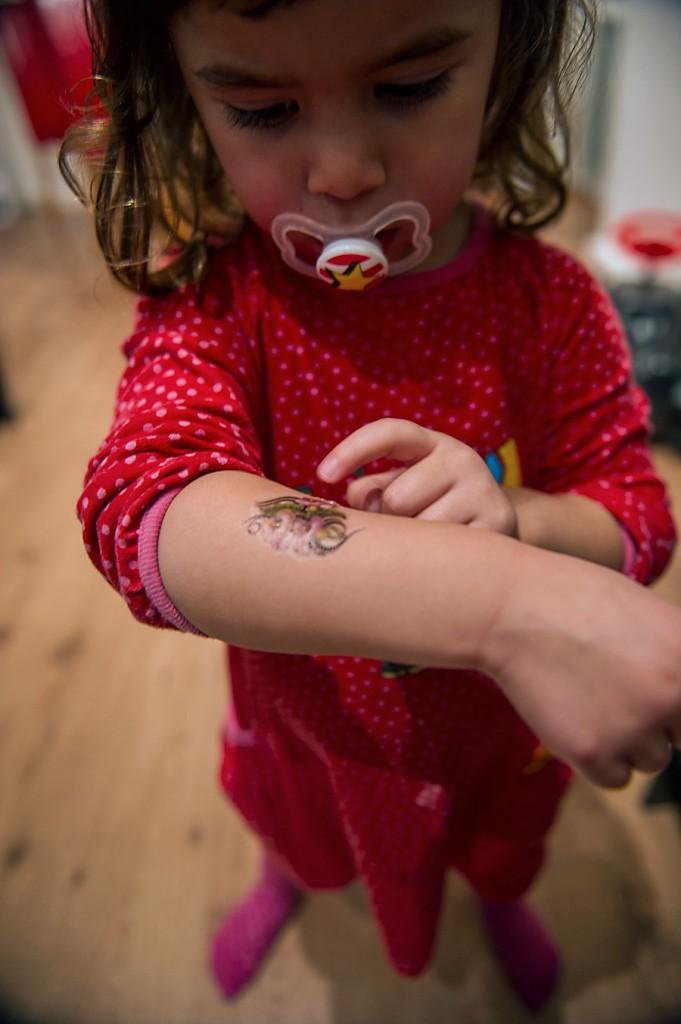 alma visar upp sin nya sticker tattoo från bvc efter 3-årskontrollen