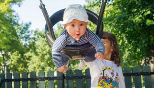 Alvin gungar, Alma knuffar på i parken