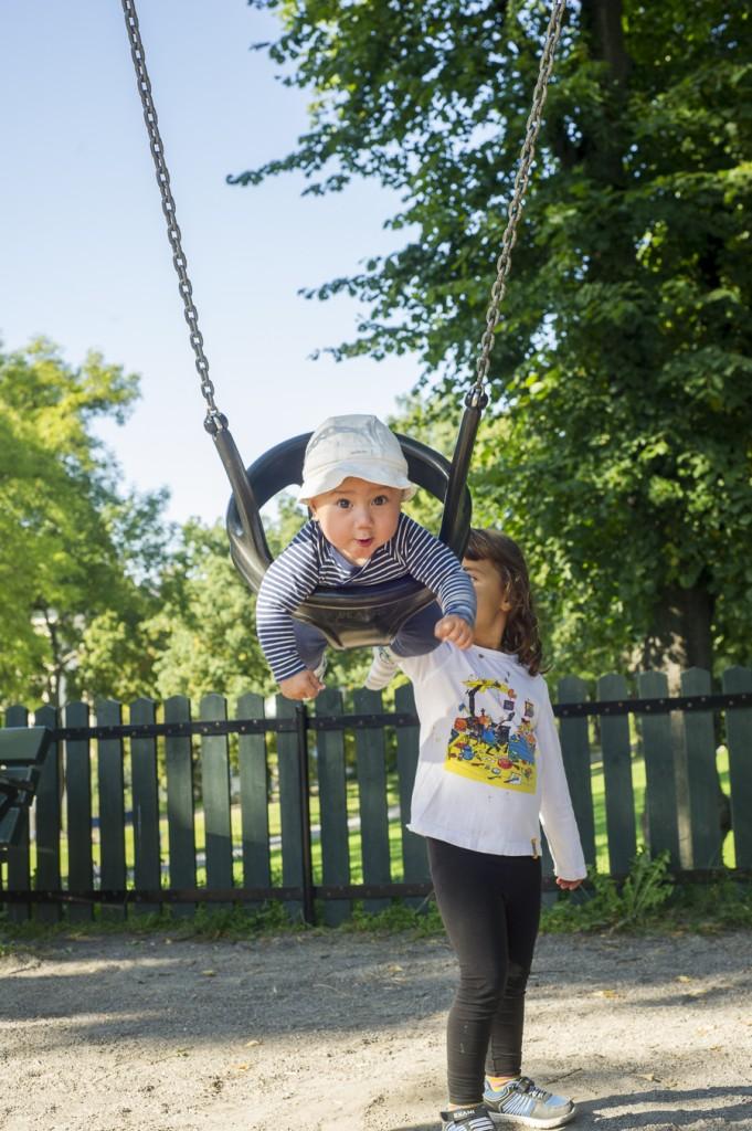 Alma knuffar fart på Alvin i parken