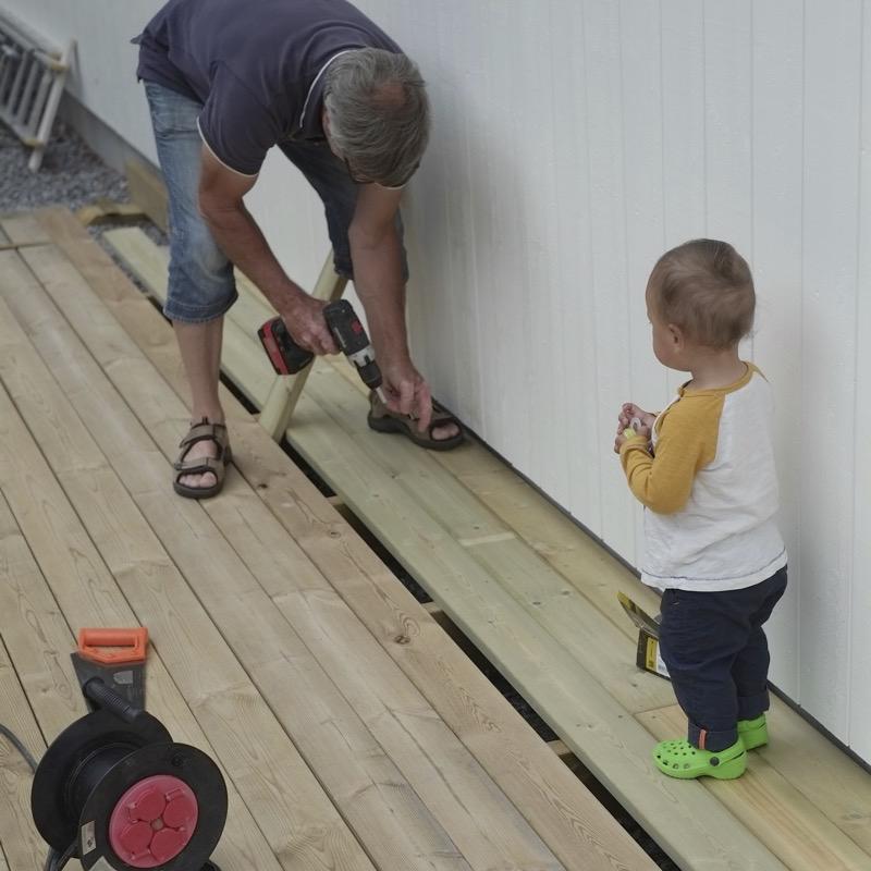 morfar och alvin jobbar på sin semester